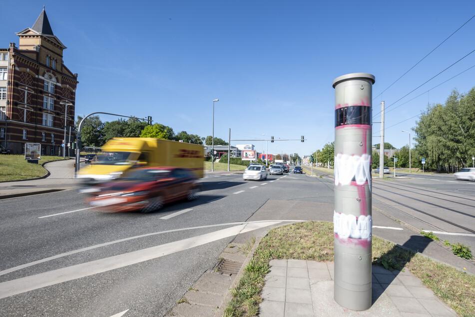 In der Nacht zu Donnerstag wurde wieder der Blitzer an der Zwickauer Straße beschmiert. Dabei wurde die Sprayerin von der Polizei erwischt.
