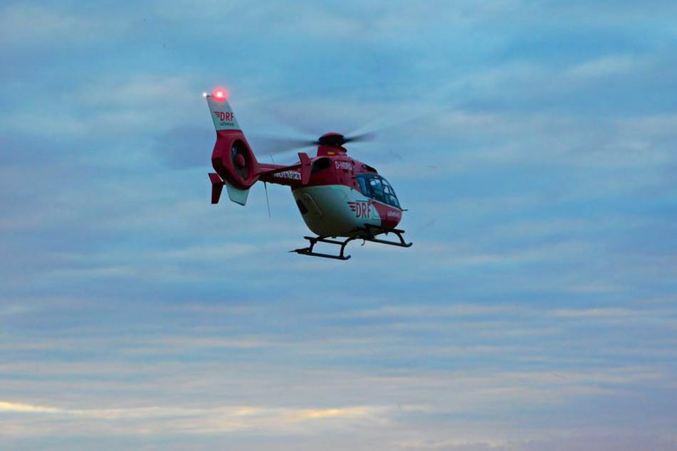 Ein Rettungshubschrauber fliegt am Himmel. (Symbolfoto)