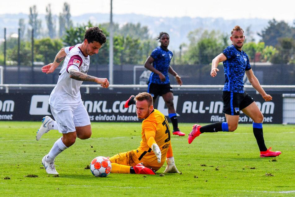 Das 3:0 für die SGD: Dynamo-Stürmer Philipp Hosiner (l.) umkurvt Hertha-Keeper Florian Palmowski (2.v.l.) und schiebt ins leere Tor ein.