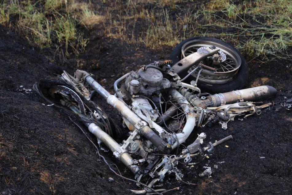 Motorrad kracht in Corsa und geht in Flammen auf: Fahrer (19) ist sofort tot