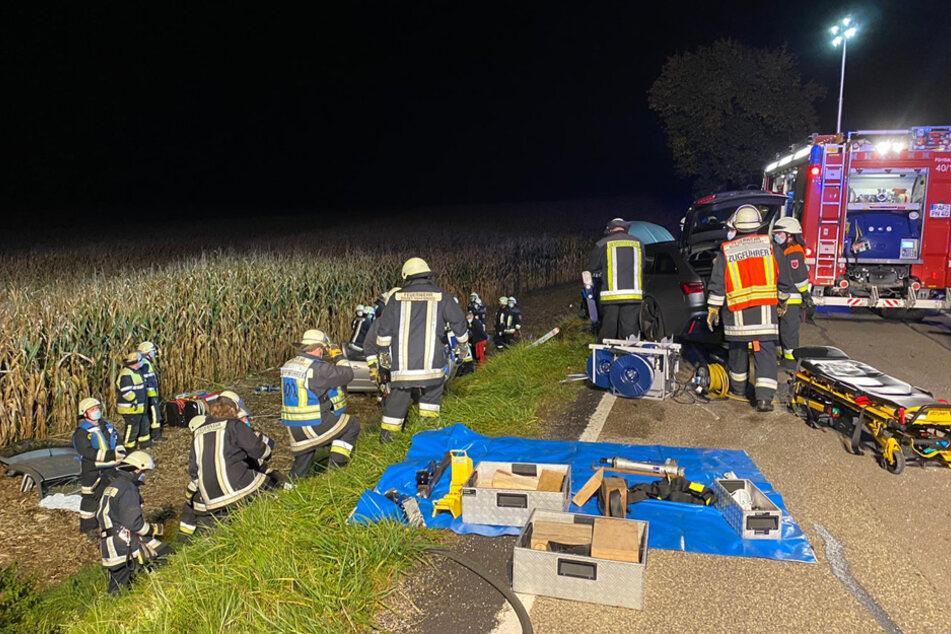 Frontal-Crash: Kleinwagen stürzt acht Meter tief ins Feld, Hubschrauber kann nicht landen