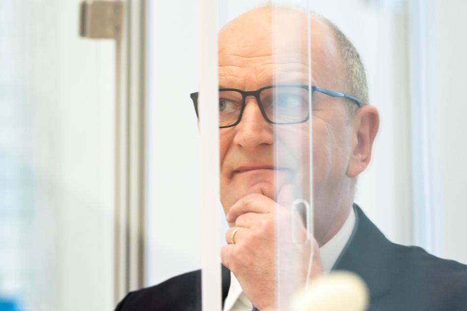 Dietmar Woidke (SPD), Ministerpräsident von Brandenburg, kommt am Nachmittag zu der Sitzung des Brandenburger Landtages und bereitet sich auf seine Rede zu den Ergebnissen der erneuten Beratung im Kanzleramt zur Bekämpfung der Corona-Pandemie vor.