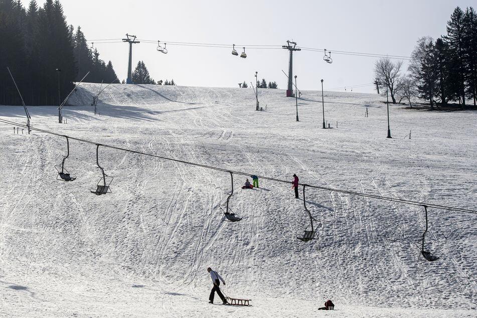 Eine junge Frau ist bei einem Rodel-Unglück auf eine zu steile Skipiste geraten und verstorben. (Symbolbild)