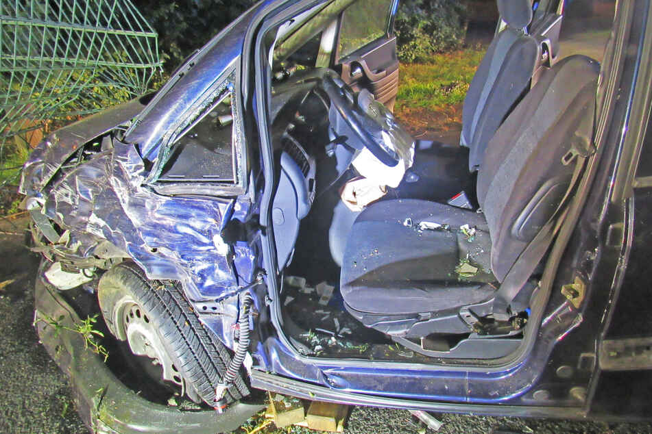 Der Fahrer wurde schwer verletzt ins Krankenhaus gebracht.