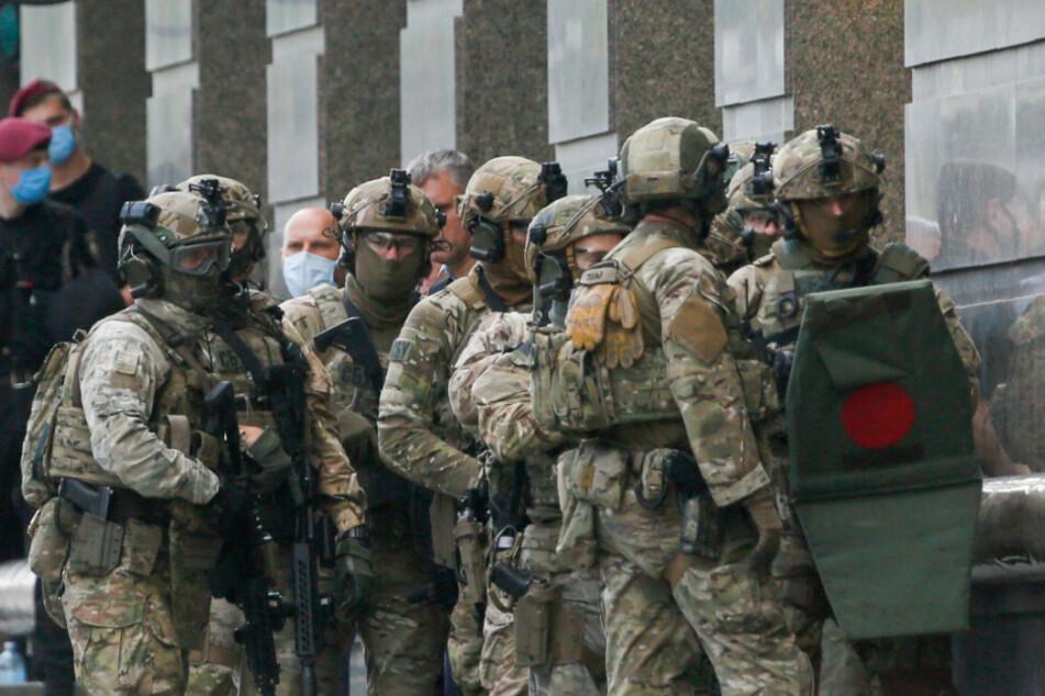 Eine Spezialeinheit der ukrainischen Polizei bereitet sich darauf vor eine Bankfiliale zu stürmen.