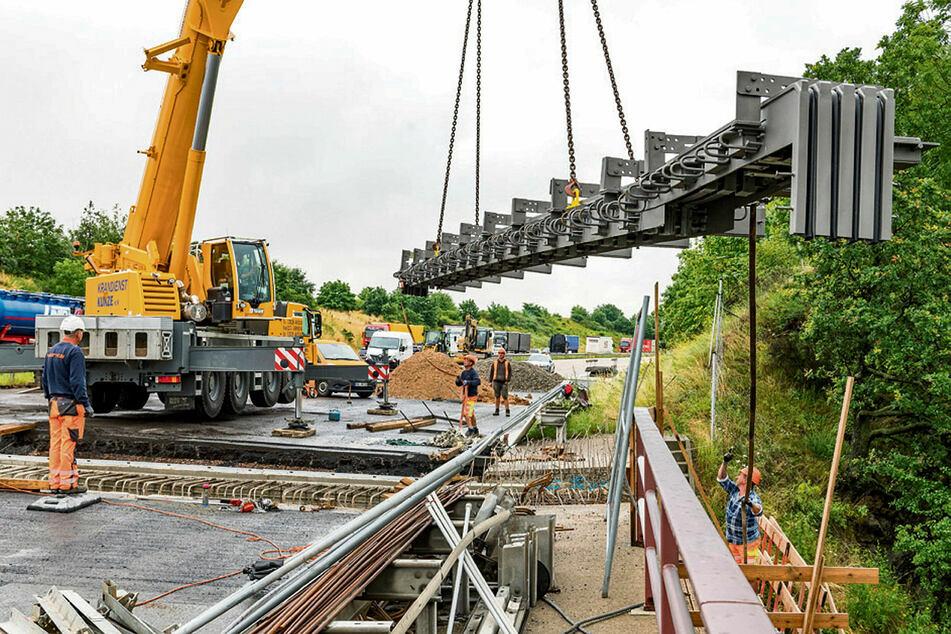 19 Meter lang, 12 Tonnen schwer: Am Mittwoch schwebte der letzte von vier Brückenübergängen heran.