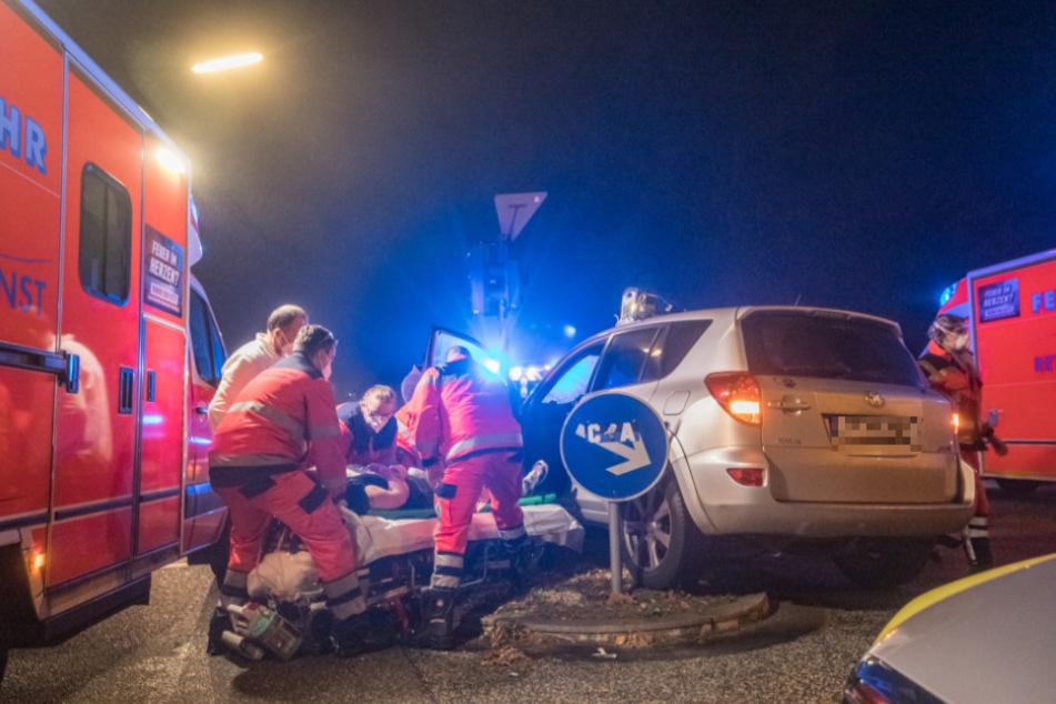 Schwerer Kreuzungscrash: Toyota-Fahrerin rast in Auto mit Kleinkindern