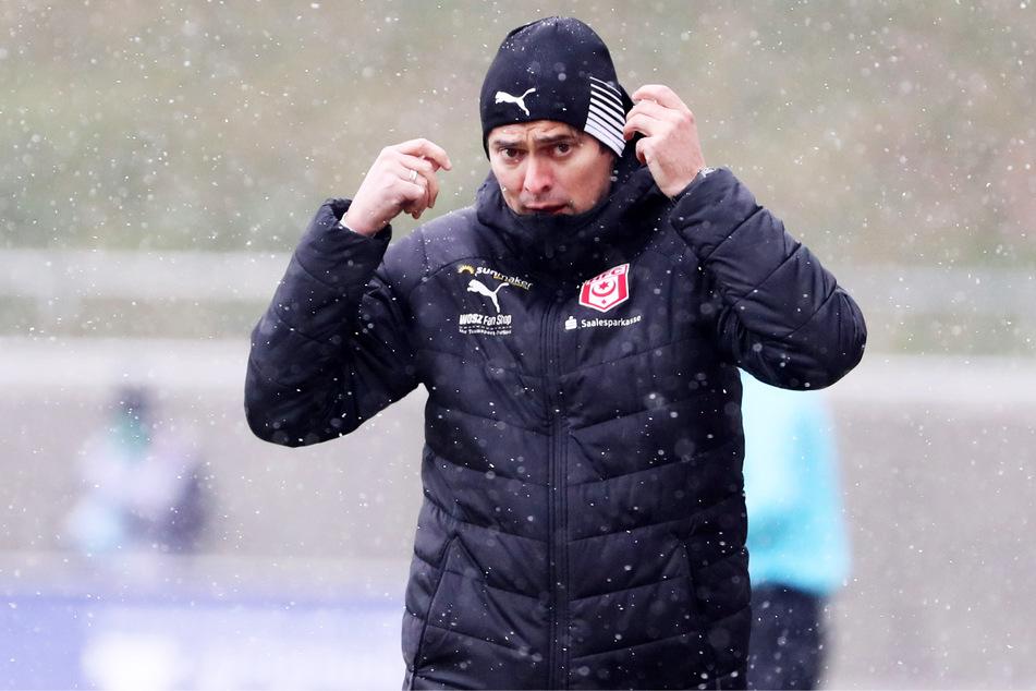 Coach Florian Schnorrenberg (43) steht sinnbildlich im Regen: Die Fans sind sauer auf die HFC-Mannschaft.