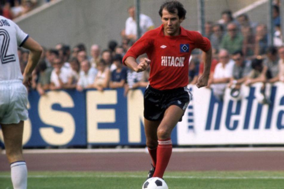 Georg Volkert am Ball bei einem HSV-Spiel im Jahr 1977. (Archivbild)