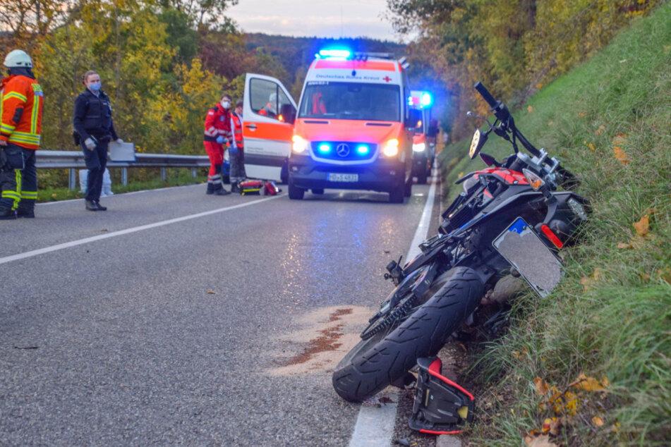 Der Motorradfahrer wurde schwer verletzt und mit einem Rettungshubschrauber in eine Klinik geflogen.