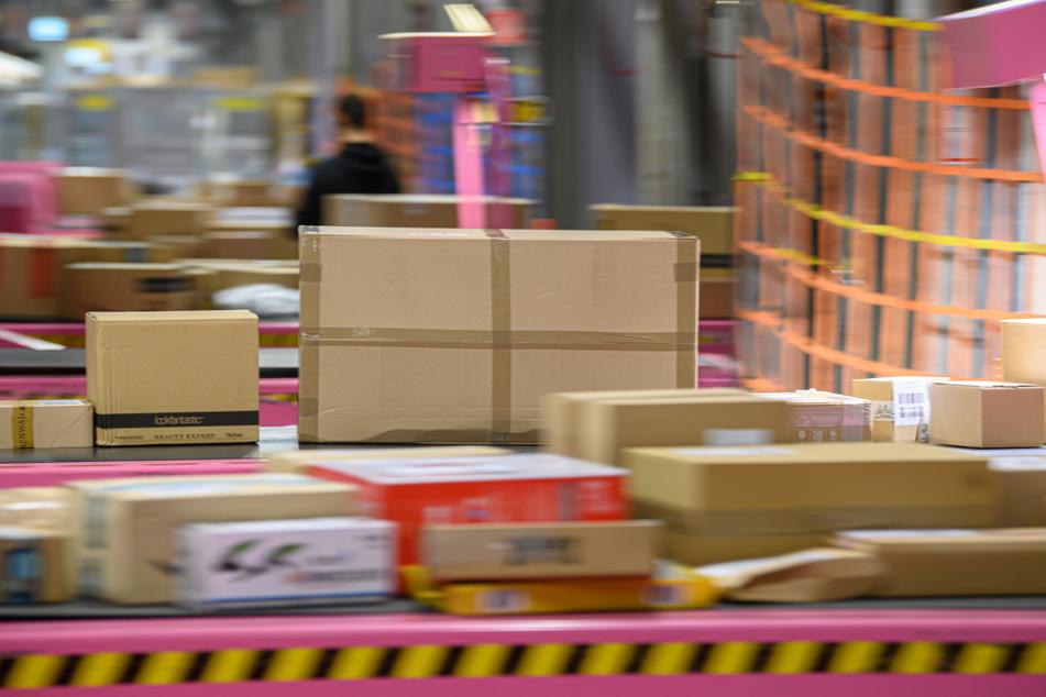 """Die """"Warenagenten"""" sollen Pakete prüfen und umpacken. (Symbolbild)"""