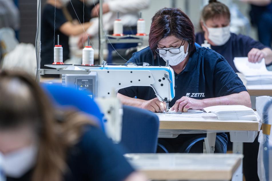 Mitarbeiter des Automobilzulieferers Zettl produzieren Mundschutzmasken. Sie werden dringend benötigt.
