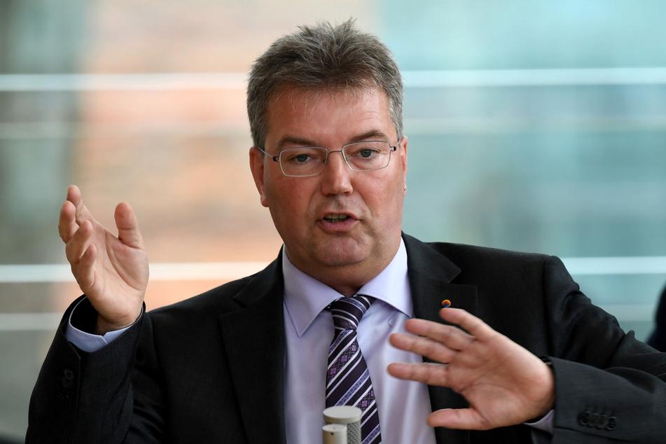 Lars Harms (56), Fraktionsvorsitzender des Südschleswigschen Wählerverbandes (SSW) spricht während einer Landtagssitzung.