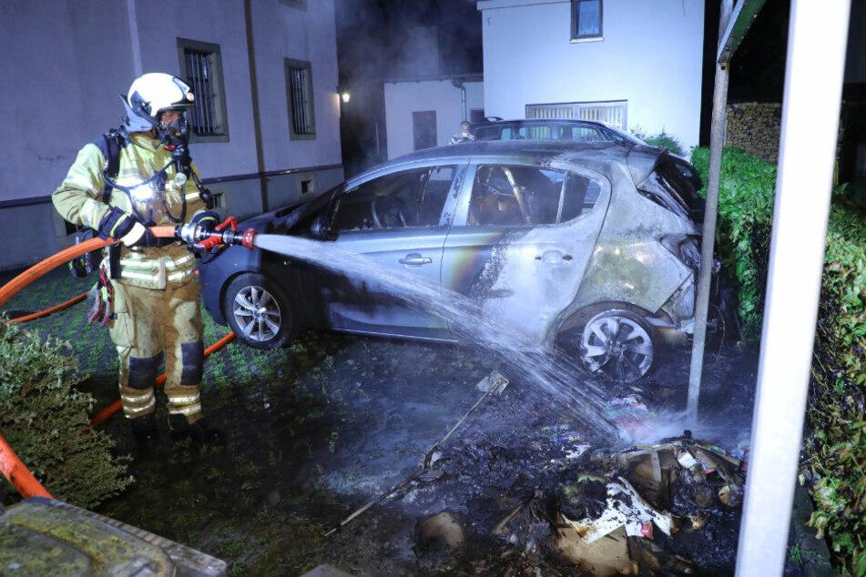 Totalschaden! Mitten in der Nacht steht ein Opel in Flammen