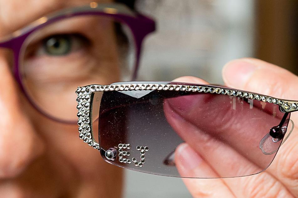 Weltstar Elton John (73) ist bekannt für seine extravaganten Brillen. Eine davon ist auch in Bischofswerda zu bestaunen.