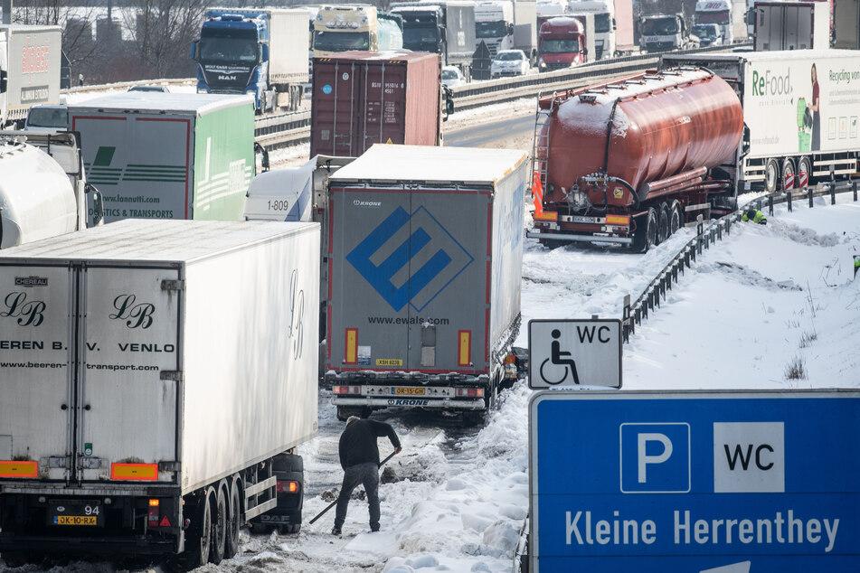 Lastwagen auf der A2 bei Dortmund im Schnee.