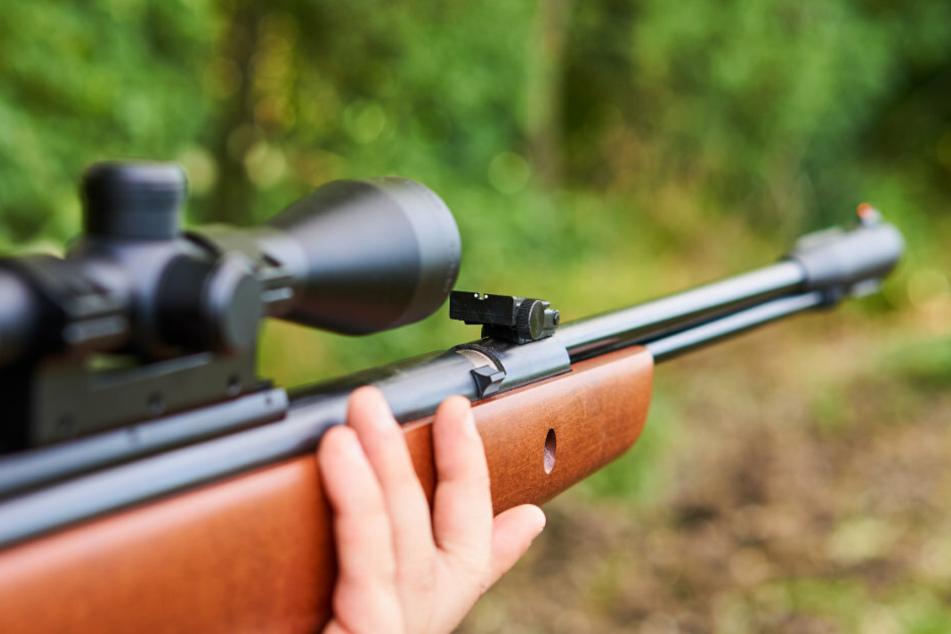 Ein 35-Jähriger soll mit einem Luftgewehr auf eine Musikbox geschossen, dabei aber ein Kind getroffen haben. (Symbolbild)