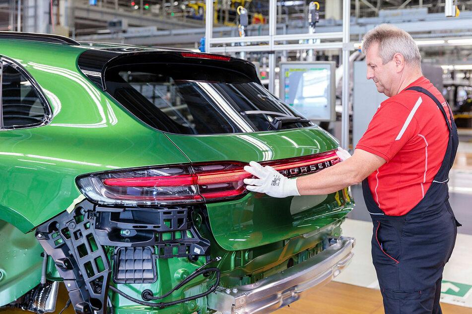 Anders als andere Autobauer lässt Porsche seine Produktion in Leipzig und Stuttgart weiter ruhen.