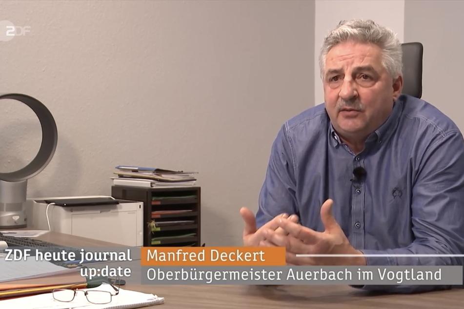 Manfred Deckert an seinem Schreibtisch im Auerbacher Rathaus. Mit seiner Auktion hat er es sogar bis ins heute journal des ZDF geschafft.
