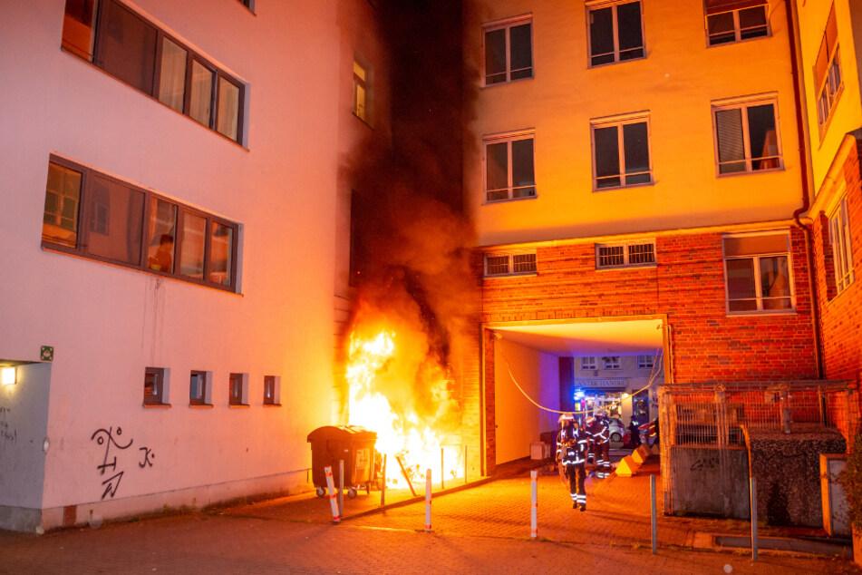 Flammen schlagen an einer Hausfassade in Hamburg hoch.