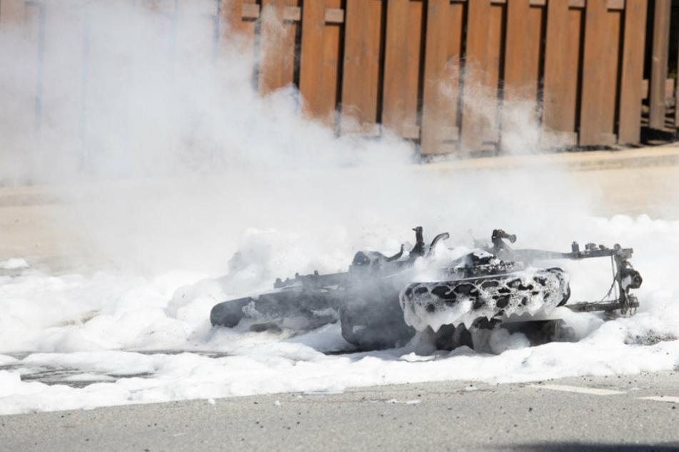 Motorrad fängt während Fahrt Feuer und brennt komplett ab