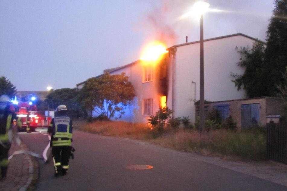 Der durch das Feuer entstandene Schaden wird auf etwa 100.000 Euro geschätzt.