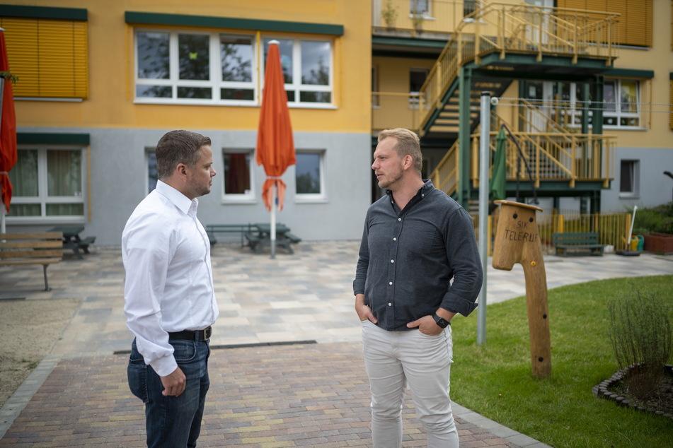 Polizist und CDU-Stadtrat Michael Specht (35, l.) gibt Kita-Leiter Eric Worm (33) wertvolle Sicherheits-Tipps.