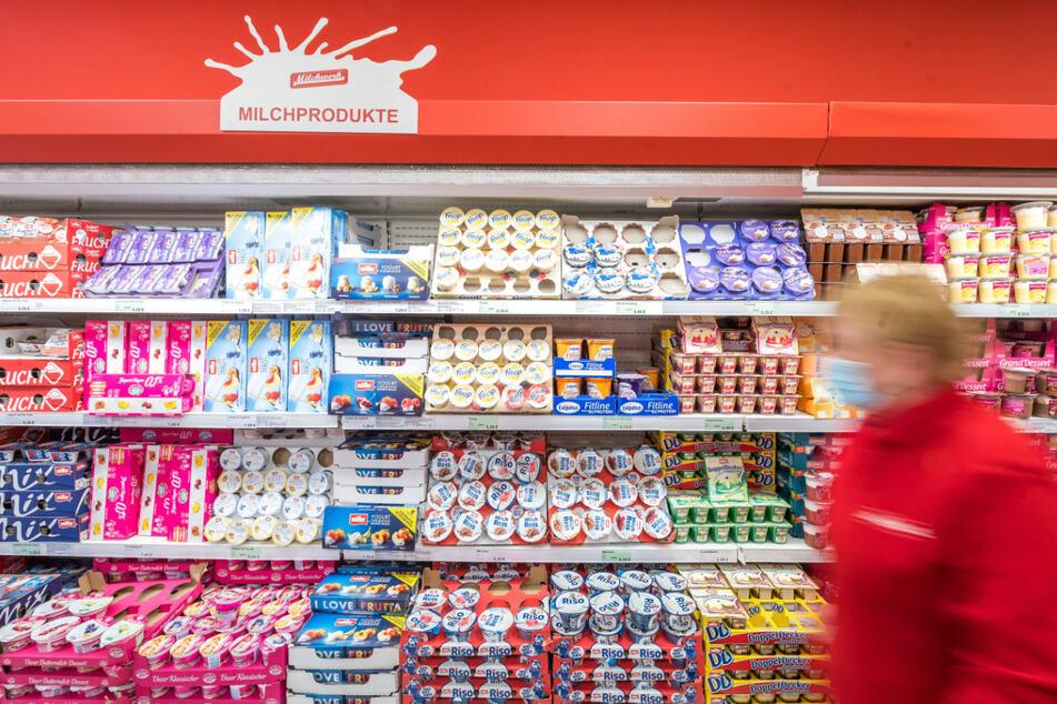 Viele leckere Milchprodukte stehen in einem Kühlregal im Milchwerk-Werksverkauf.