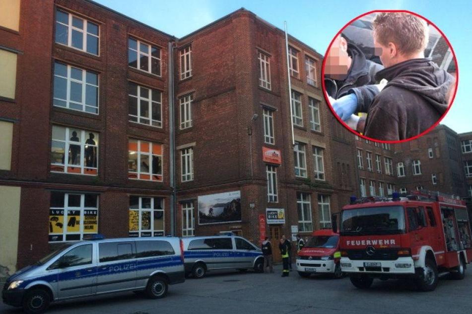 Feuerwehr schneidet diesen Einbrecher aus Fahrstuhlschacht