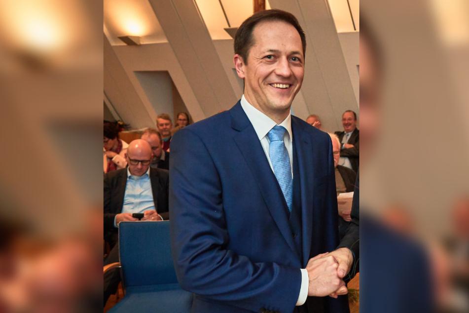 Bad Schandaus Bürgermeister Thomas Kunack (41) würde sich freuen, wenn der Traditionsanleger wieder angebaut wird.