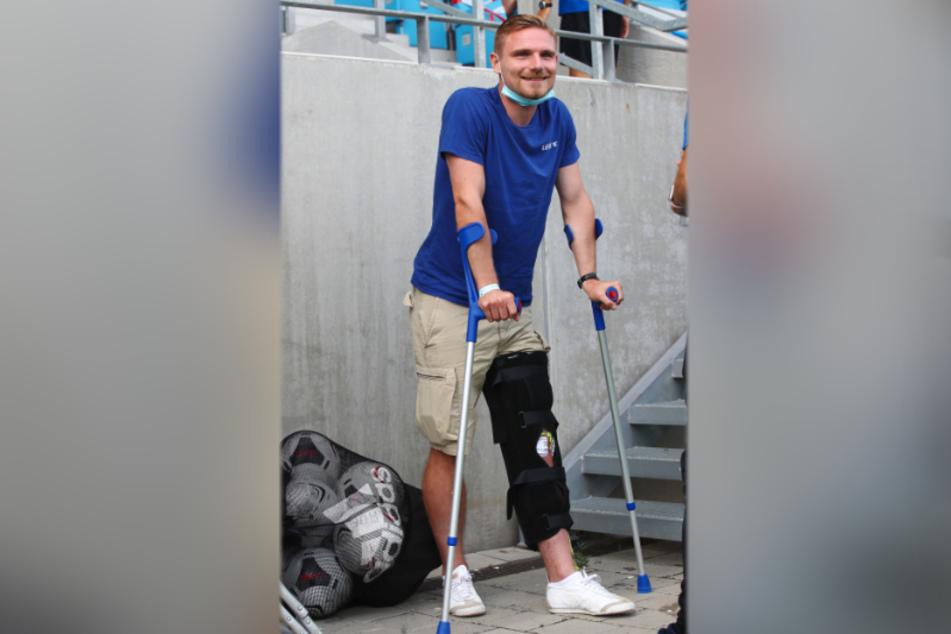 Robert Zickert an Krücken - das war zwölf Tage nach seiner Operation. Mittlerweile trainiert der Verteidiger wieder mit der Mannschaft und hofft noch in diesem Jahr auf sein Comeback.