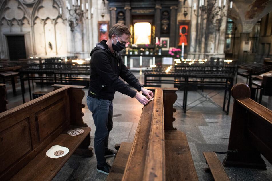 Im Kölner Dom markieren Aufkleber, wo Gläubige auf Aufstand Platz nehmen dürfen.