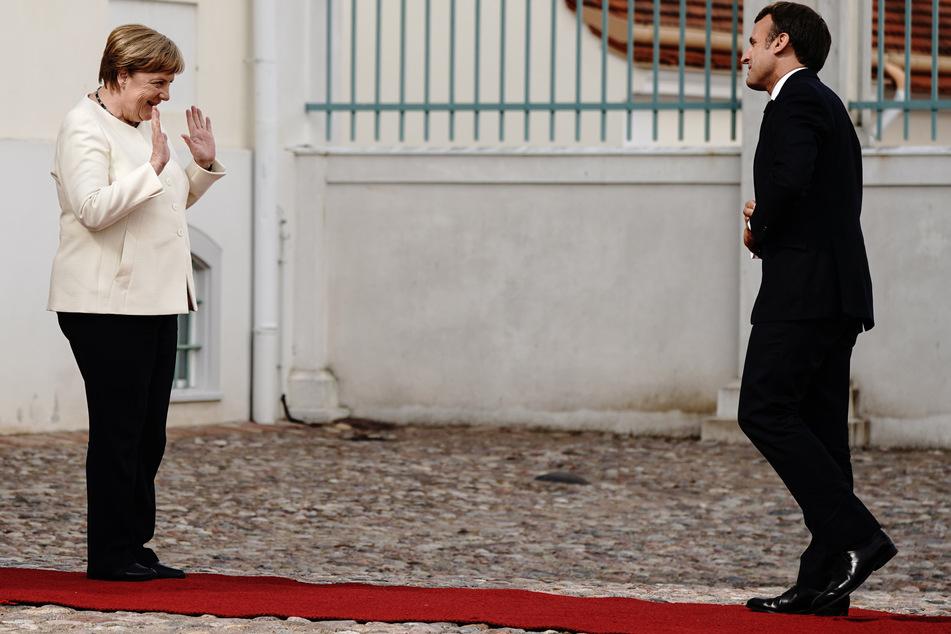 Bundeskanzlerin Angela Merkel (CDU) begrüßt Frankreichs Präsidenten Emmanuel Macron vor Schloss Meseberg, dem Gästehaus der Bundesregierung.