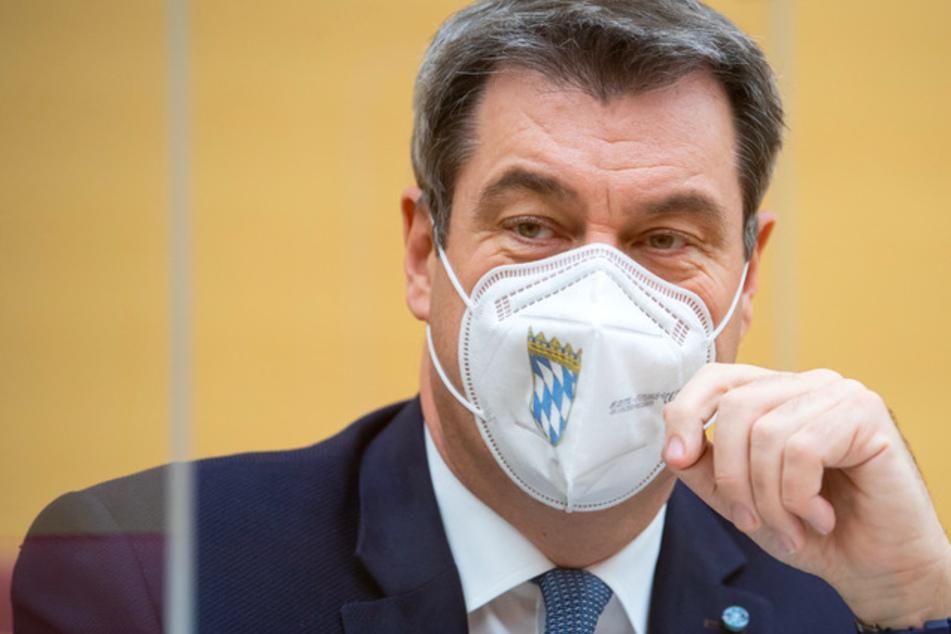 Markus Söder (53, CSU), Ministerpräsident von Bayern, sitzt während der Sondersitzung im Plenarsaal des bayerischen Landtags mit einem Nasen-Mund-Schutz an seinem Platz.