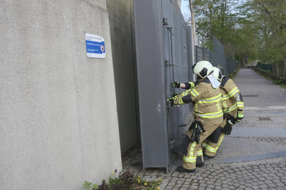 Die Einsatzkräfte der Feuerwehr testeten die Tore und Schleusen der Anlage auf ihre Funktionsfähigkeit.