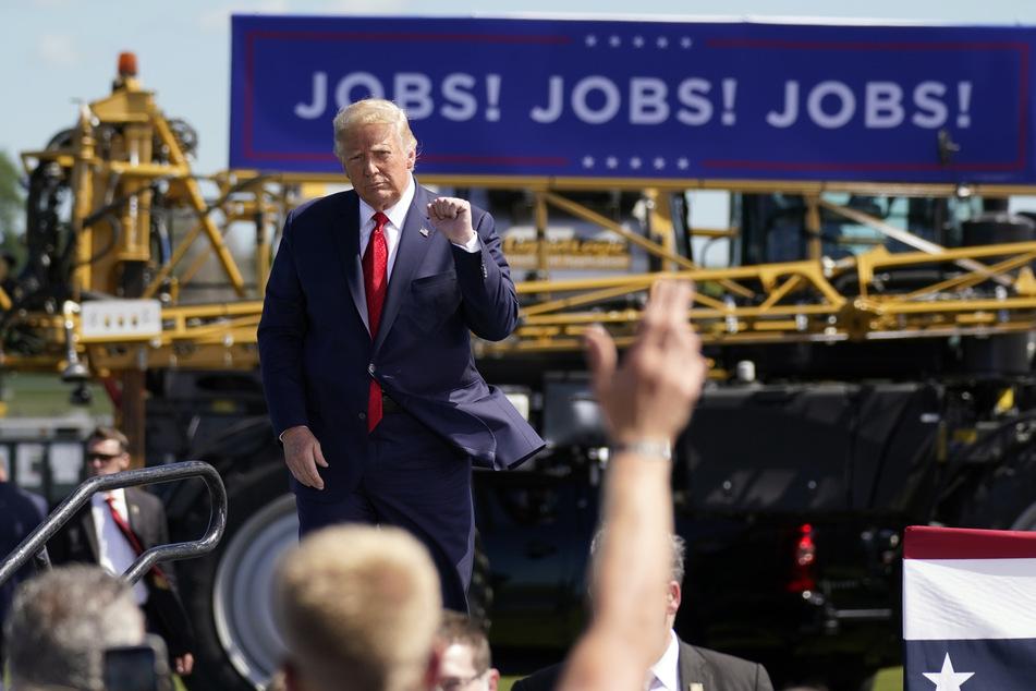 Donald Trump spricht zu seinen Anhängern. Seine späte Zustimmung hat schwere Konsequenzen: Millionen Arbeitslose erhalten vorerst kein oder nur wenig Geld.