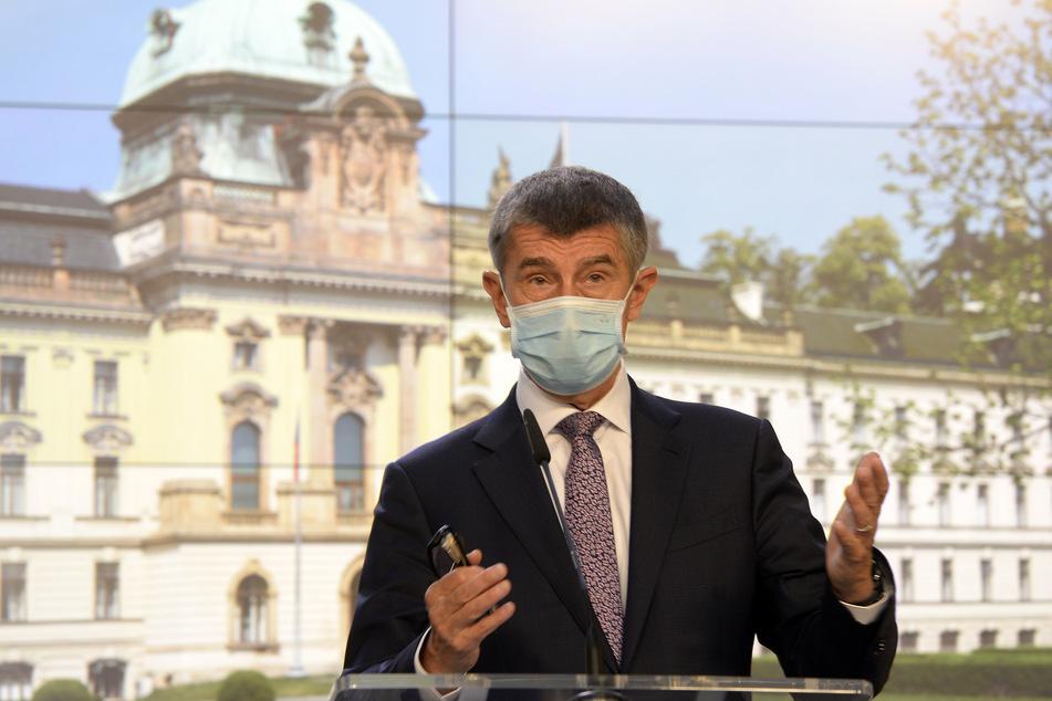 Andrej Babis, Ministerpräsident von Tschechien, trägt Mundschutz bei einer Pressekonferenz.