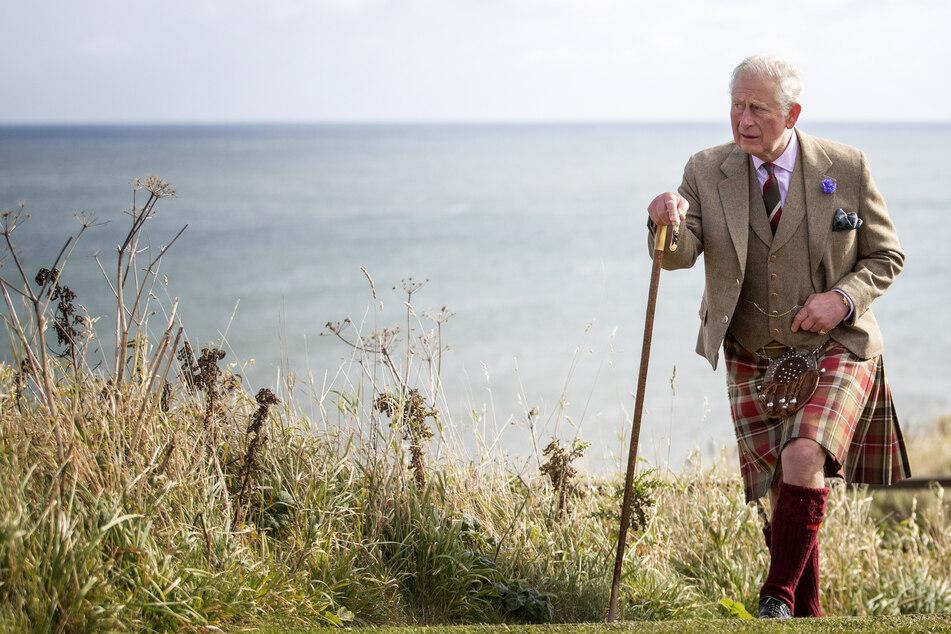 Prinz Charles (72), Prinz von Wales und Herzog von Rothesay, geht während eines Schottland-Besuchs auf dem Gelände von Dunnottar Castle in der Nähe von Stonehaven.