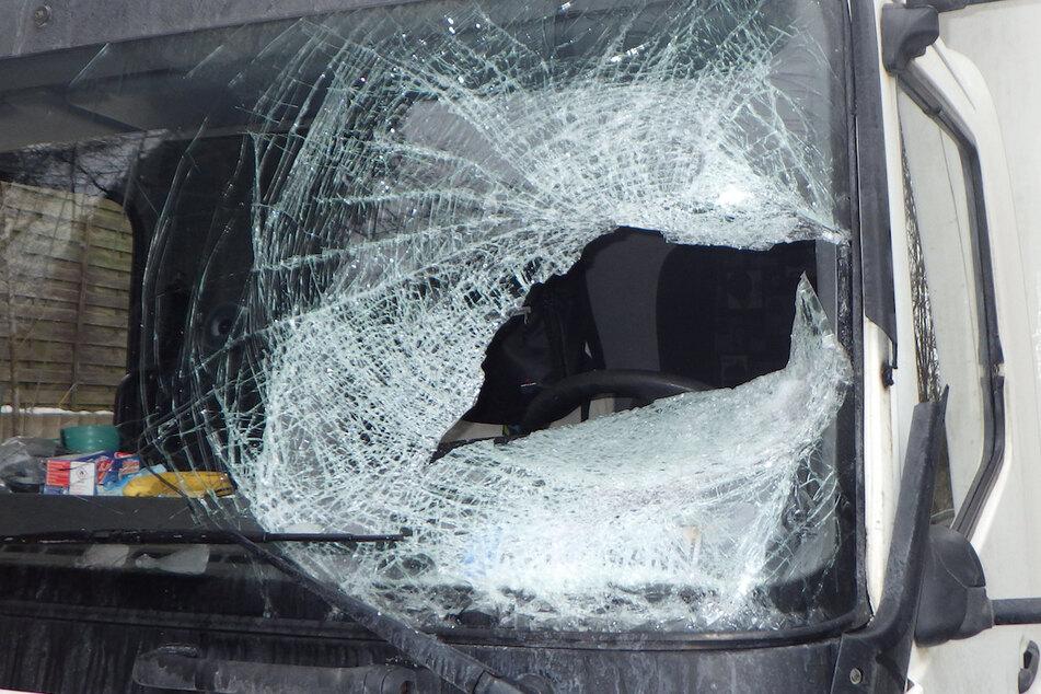 Fliegende Gefahr: Eisplatte durchschlägt Lkw-Scheibe und trifft Fahrer!