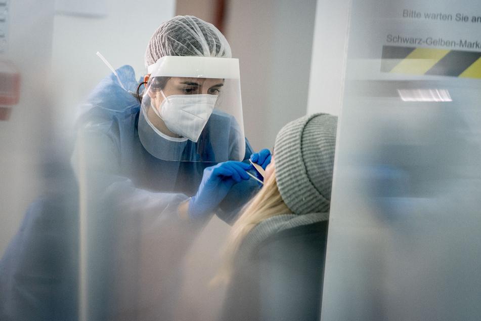 Medizinisch geschultes Personal nimmt einen Mund- und Nasenabstrich für einen Corona-Schnelltest. In Thüringen können noch keine kostenlosen Tests angeboten werden.