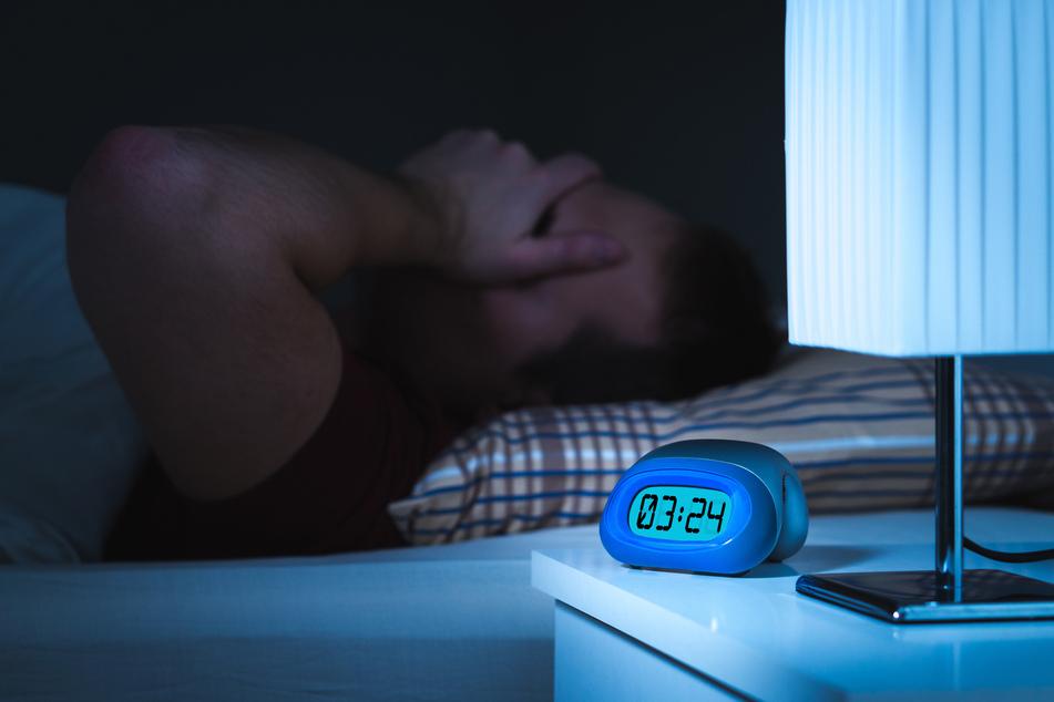 Lange wach im Bett liegen obwohl man schlafen möchte kann zur Tortur werden. (Symbolbild)