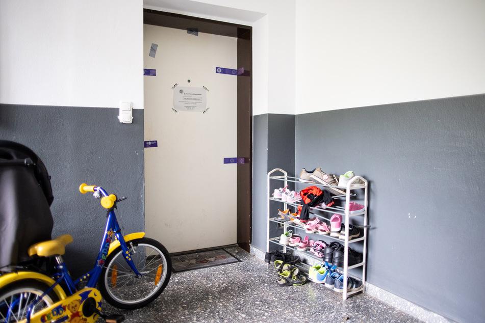 Siegel der Polizei hängen an einer Wohnungstür in einem Wohnhaus. Hier soll die damals 27-jährige Mutter ihre Kinder ermordet haben.
