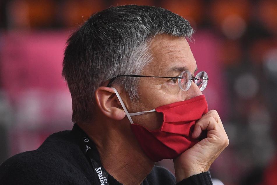 Herbert Hainer (65), Vereinspräsident vom FC Bayern, vefolgt das Spiel. (Archivbild)