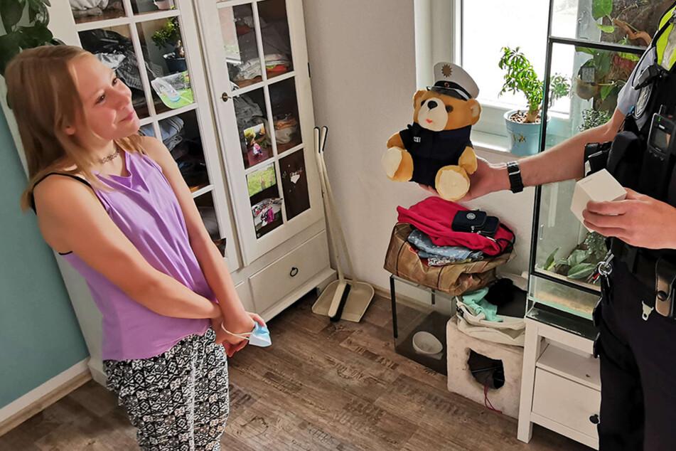 Die Polizei bedankte sich persönlich bei Sophie S. für ihr beherztes Eingreifen und überreichte ihr ein Stofftier und eine Bluetooth-Box.