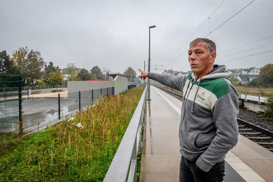 Ralf Starke (50) vom benachbarten Tony's Café plädiert für einen höheren Zaun zwischen der Freizeitanlage am Meeraner Bahnhof und den Gleisen.