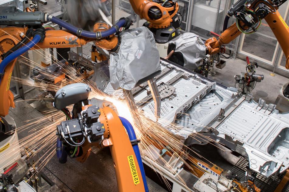 Die Bodengruppe des VW ID.3 läuft durch eine Fertigungslinie im Karosseriebau des Volkswagen-Werkes Sachsen in Zwickau.