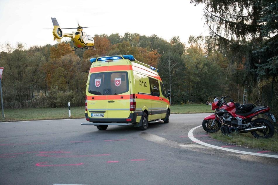 Rettungshubschrauber im Einsatz: Biker bei Unfall schwer verletzt