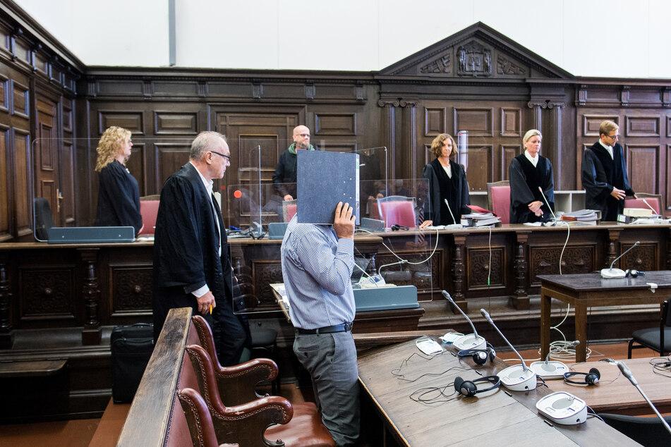 Der 54-jährige Angeklagte (vorne) steht im Landgericht neben seinem Verteidiger Siegfried Schäfer (2. vl.).