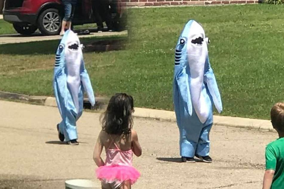 Kleiner Junge schleicht sich im Hai-Kostüm raus: Das ist der süße Grund!
