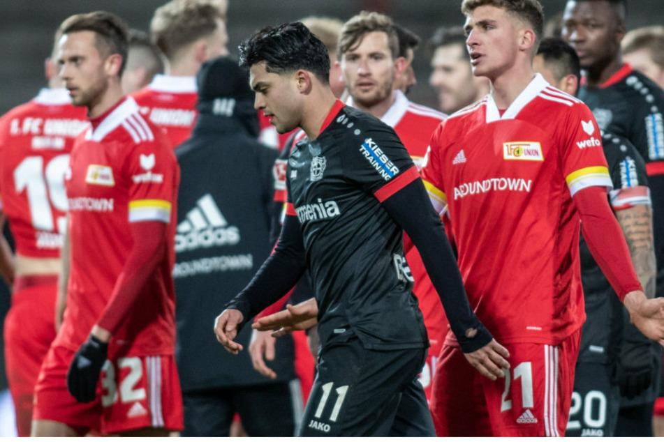 Nadiem Amiri (24, M) von Bayer Leverkusen entfernt sich mit ernstem Blick von Berlins Grischa Prömel (26, r.).